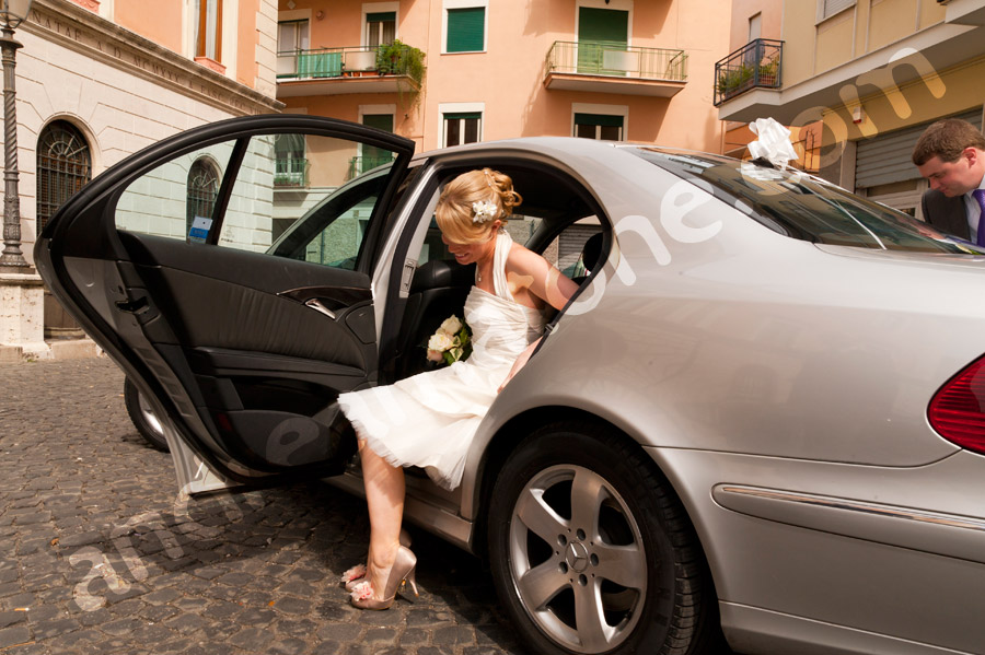 Bride getting out of the car at the Town Hall in Tivoli Municipio Sala Comune