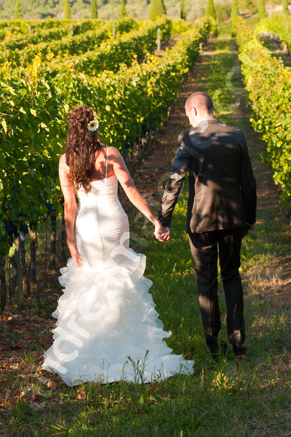 Bride and groom walking togehter in a tuscan vineyard