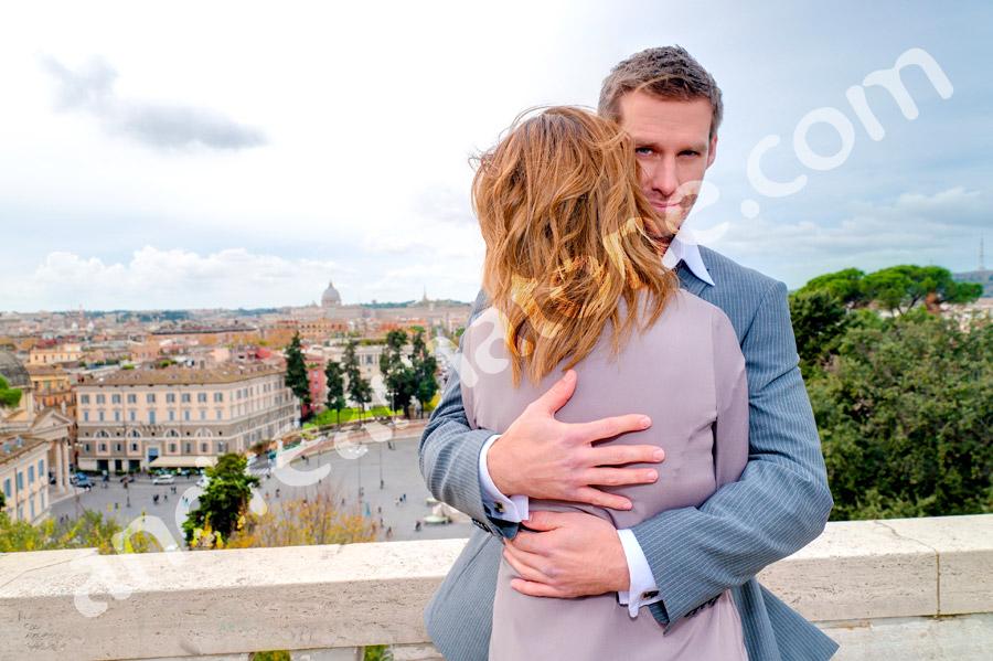 Boyfriend hugging girlfriend at Pincio park.