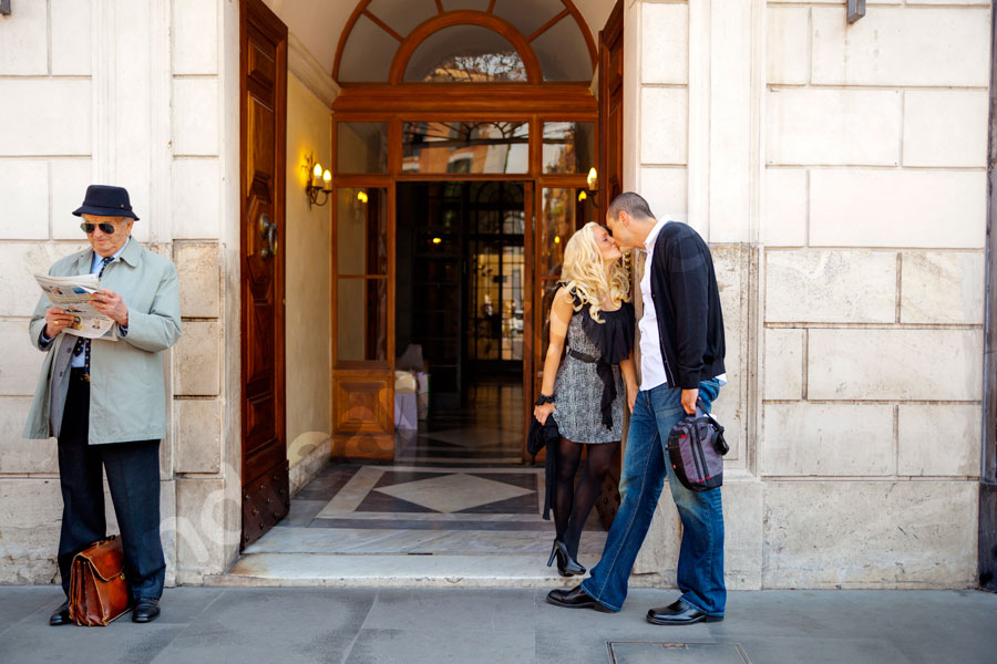 Kissing at the front door in the city center. Photo Engagement Rome.