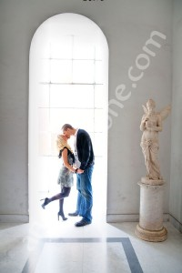 Wonderful picture of a couple kissing in a hall by photographer Andrea Matone
