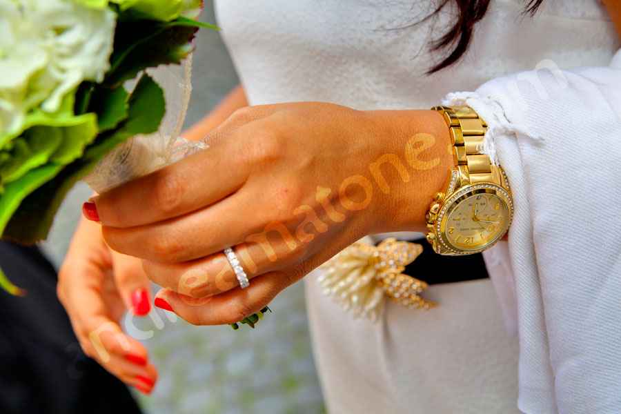 The bride with bouquet and the wedding ring