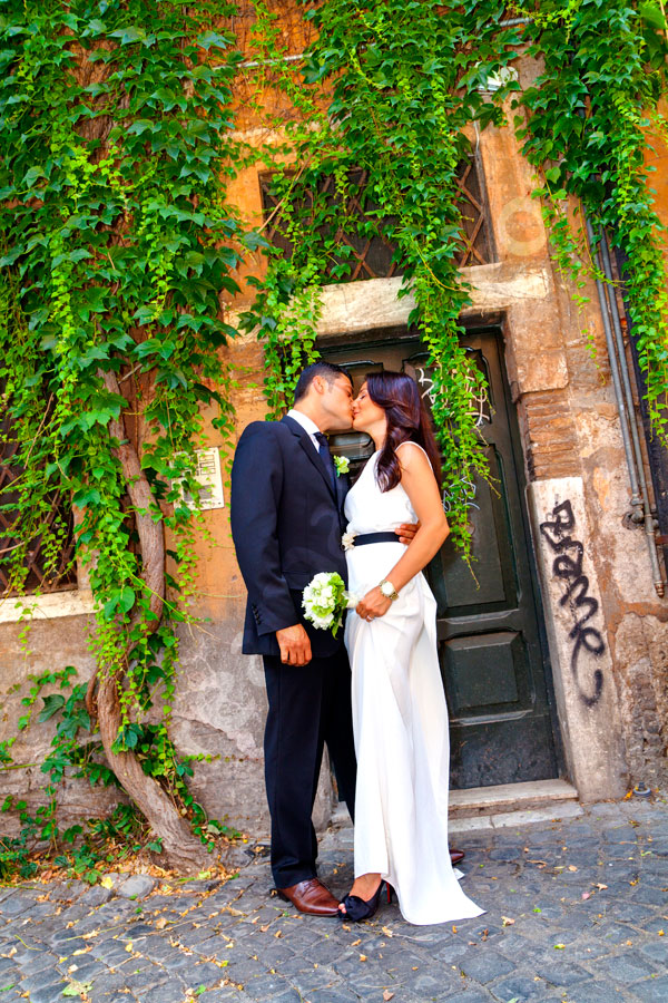 Kissing under ivy leaves