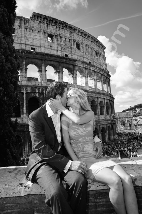 Kissing in black and white photography in front of the Roman Coliseum