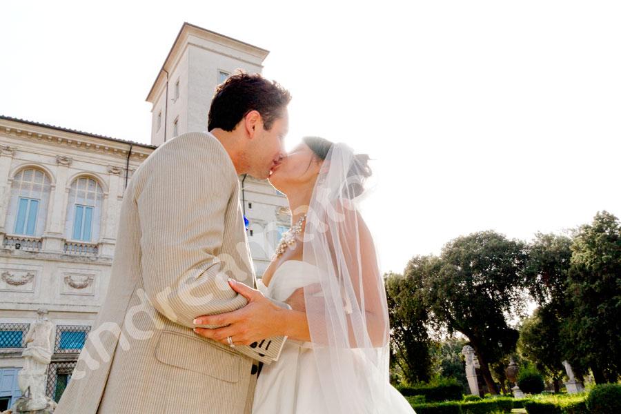 Newlyweds kissing Parco Villa Borghese