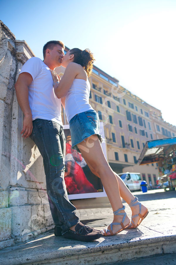 Engagement pictures in Rome. Kissing on the streets.