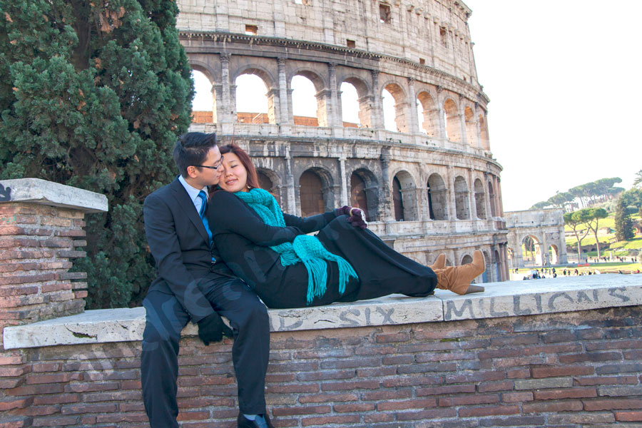 Image of a romantic couple posing in front of the Coliseum. Photo Session Engagement.
