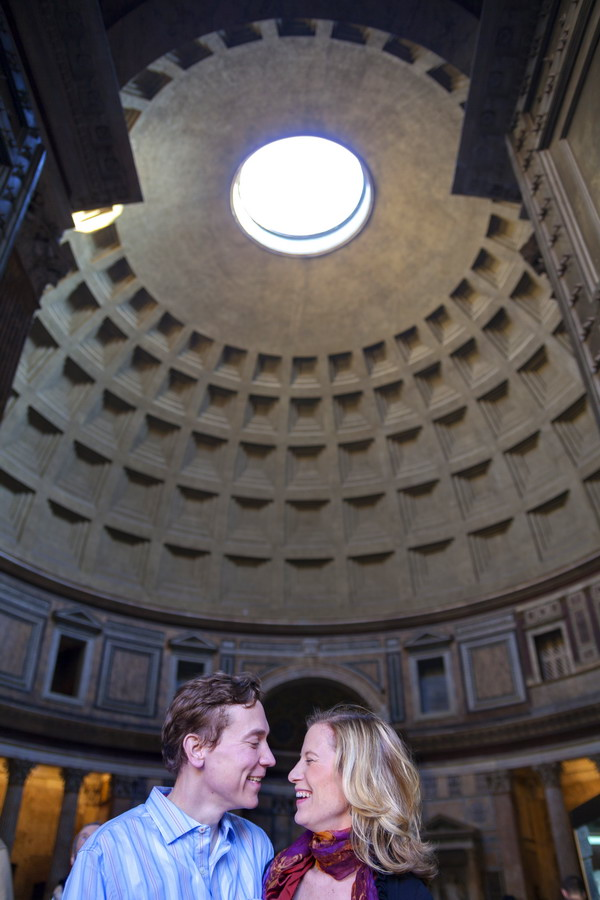 Rome engagement photography locations. Couple photography at the entrance of the Pantheon.