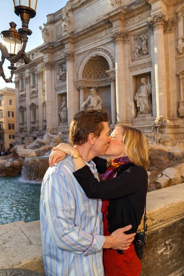 Beautiful lighting by the Fontana di Trevi fountain