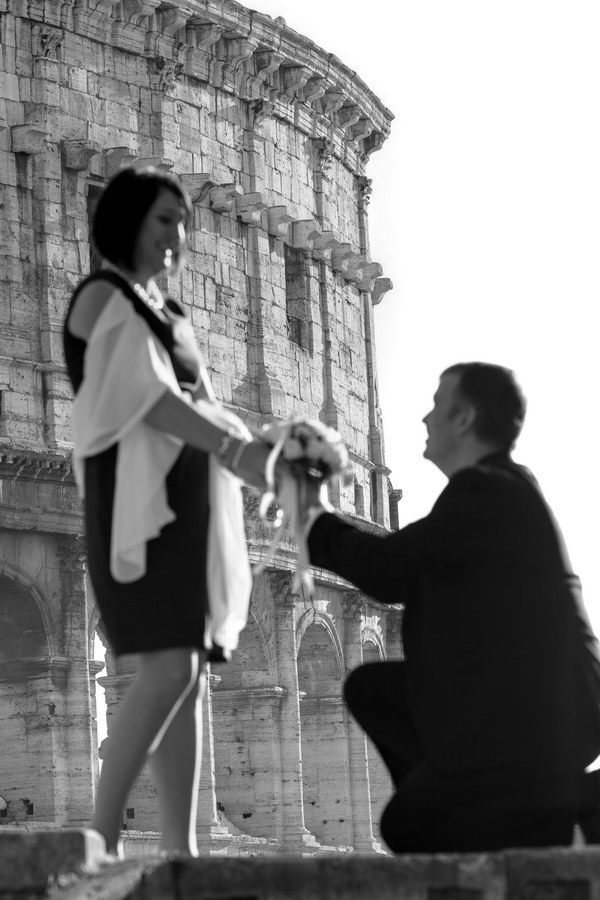 The wedding proposal before the Coliseum in Italy