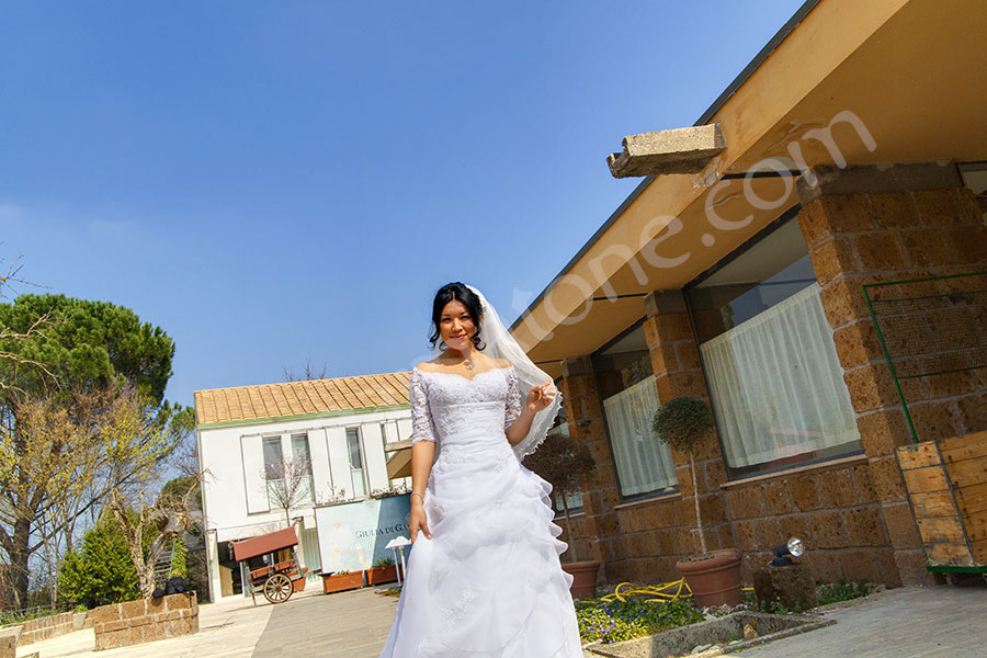 The bride posing for the photographer in Italy