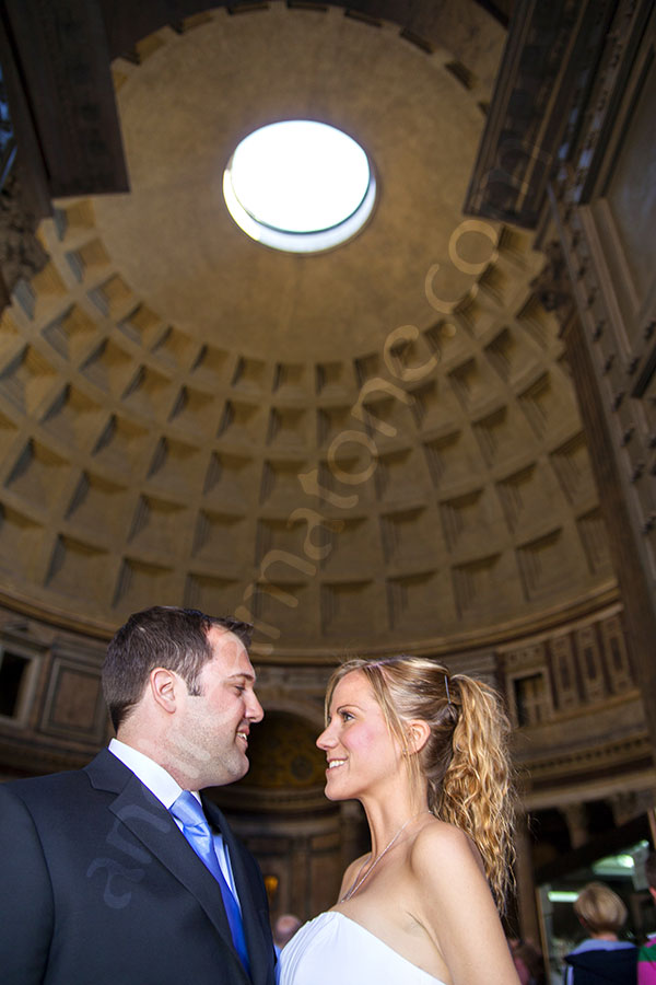 Newlyweds picture at the entrance of the Pantheon.