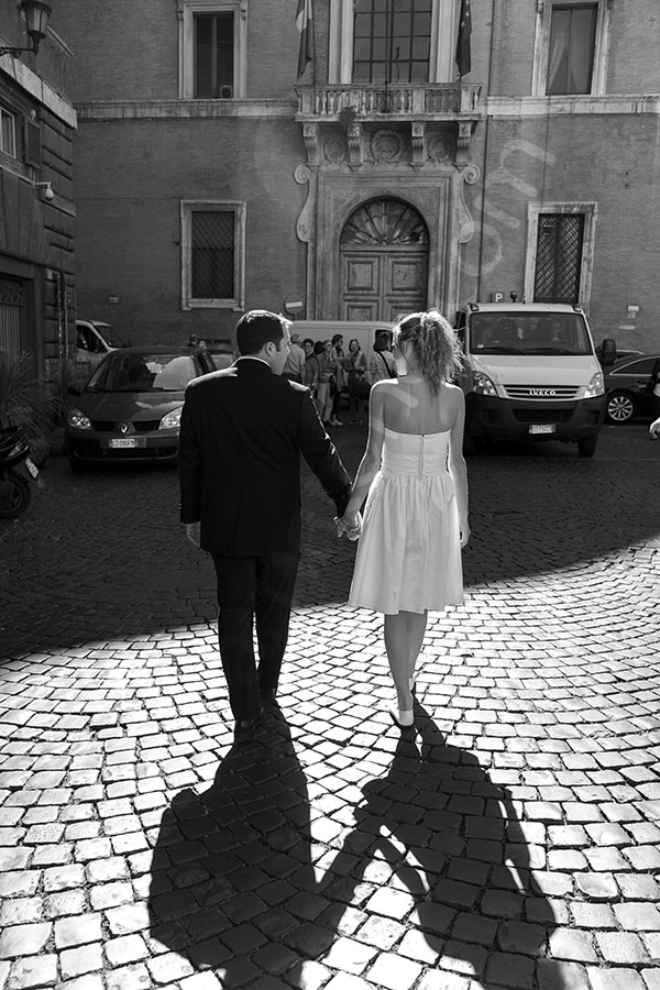 Black and white image as the couple walks away on sampietrini