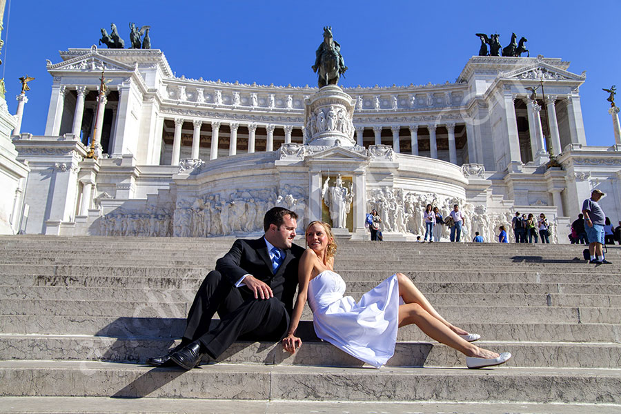 newlyweds sitting down at the Vittorio Emanuele stairs in front of the monument.