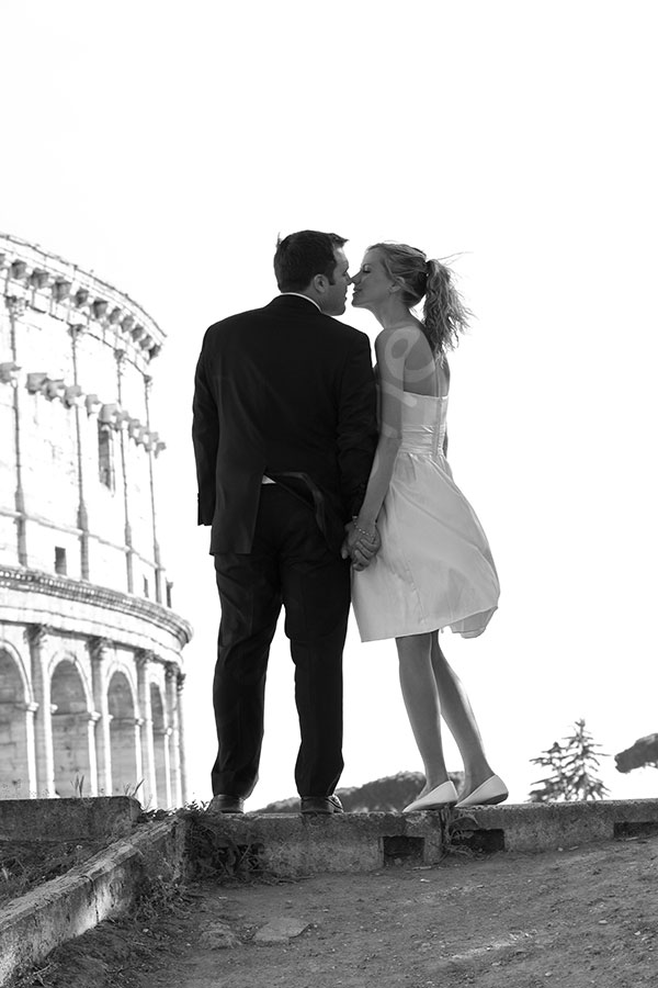 Final wedding picture of a couple kissing at the Roman Coliseum