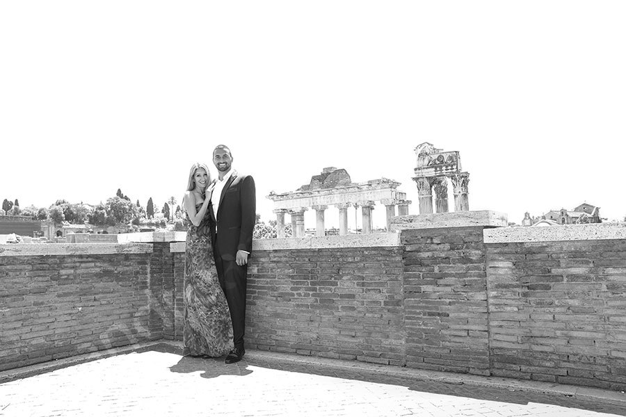 Black and white picture of newlyweds during a session by the Italian forum