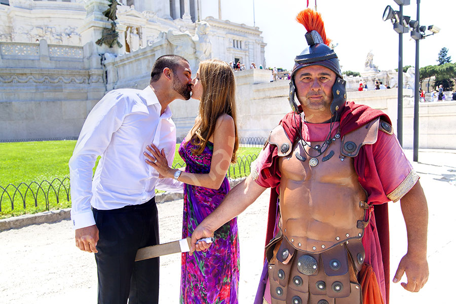 Centurion with a sword on a couple during a photographic tour excursion in Rome honeymoon nlog photographer.