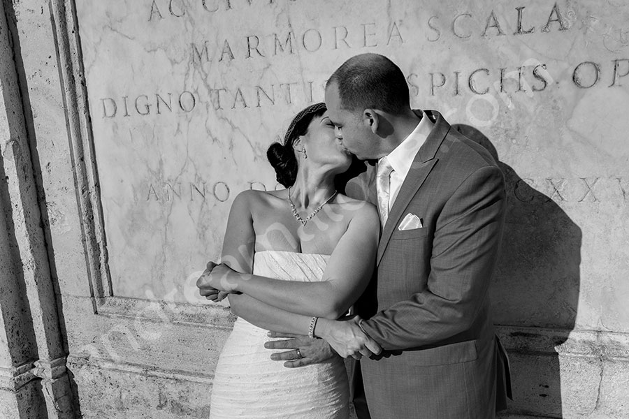 Kissing in black and white at the Spanish steps during a matrimonial session