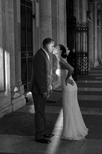 Black and white photography of newlyweds kissing in Italy