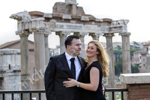 Couple in pose during a romantic photo shoot in the city of Rome