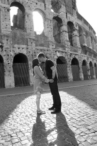 Black and white photography of a couple kissing in front of the roman Colosseum