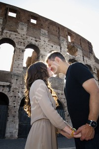 Close up picture of a couple kissing in front of the roman Coliseum in Rome