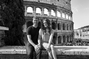Couple photographed sitting in front of the roman Colosseum