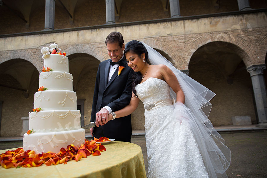 Cutting of the cake at Odescalchi castle. Wedding Photographer Italy