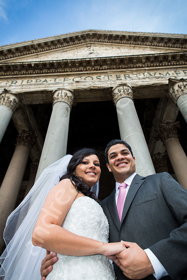 Portrait of a newlywed couple at the Pantheon. Outside view.