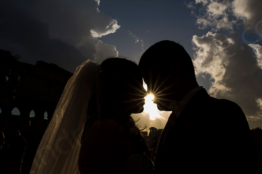Silhouette couple kissing with the sun in between