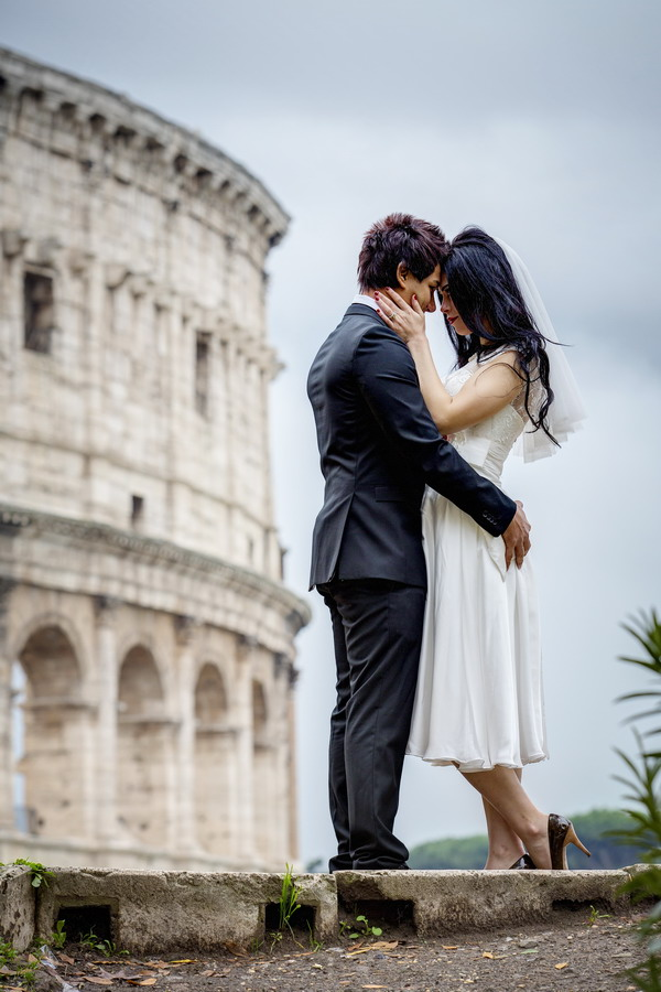 Honeymoon session in Italy. Wedding photography at the roman Coliseum couple session.