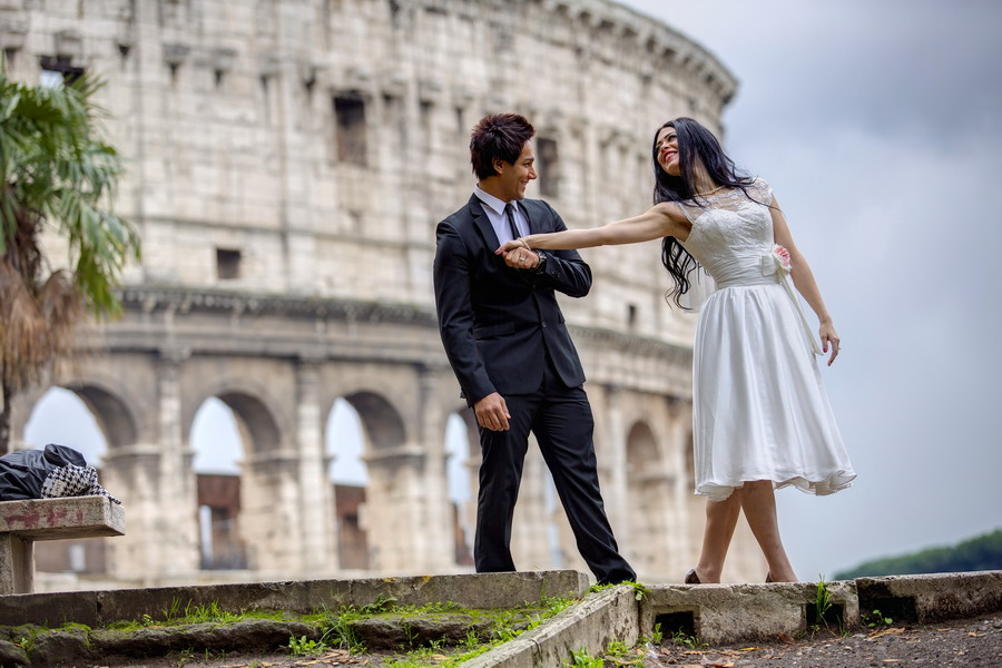 Couple having fun at the roman coliseum. Rome Wedding Photographer.