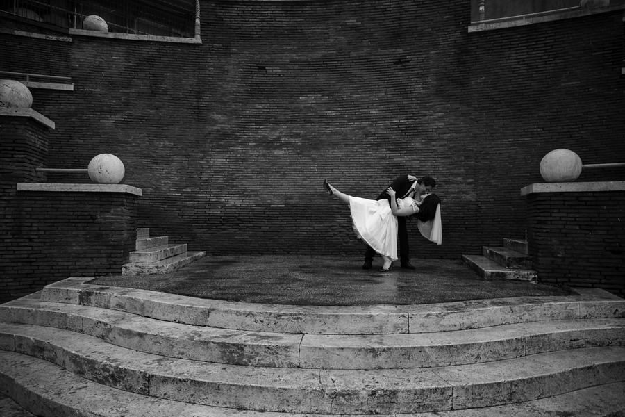 Romance wedding on Via dei fori Imperiali in Rome