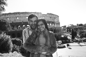 Black and white version of the photo of a couple in front of the Roman Colosseum