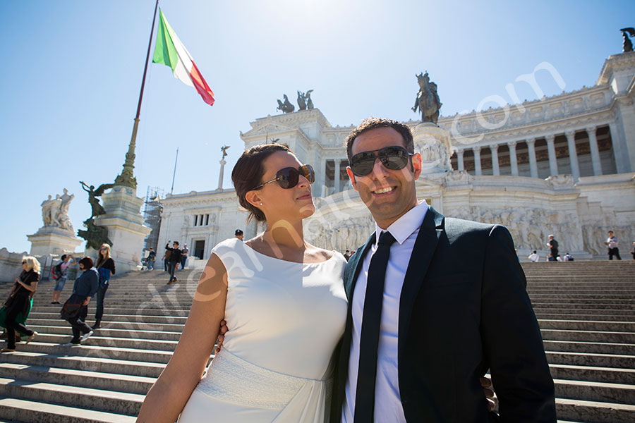 Couple posing on the stairs of Piazza Venezia