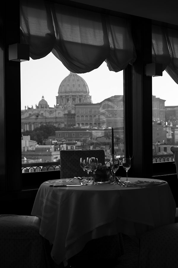 Black and white picture of the dinner setting in Rome