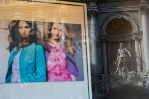 Fashion photographer Rome: window reflection of the Trevi fountain in Rome