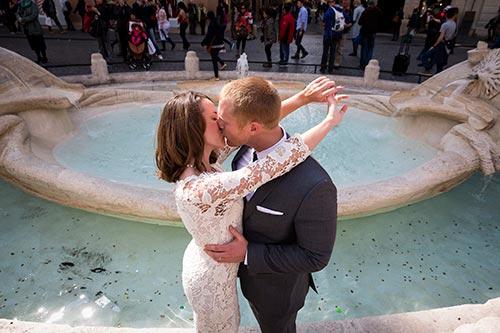 Romantic marriage at Piazza di Spangna. Roma, Italia