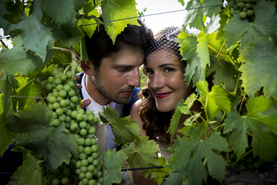 Newlyweds portrait photo session in a vineyard in Italy