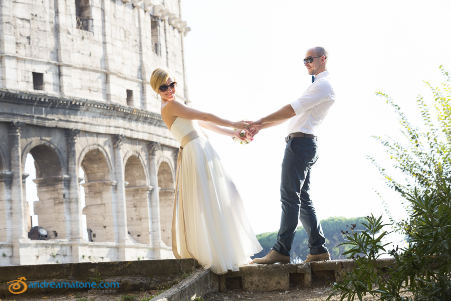 Wedding photographer Rome: newlyweds at the Roman Colosseum