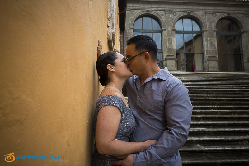 Married couple kissing at Piazza del Campidoglio.