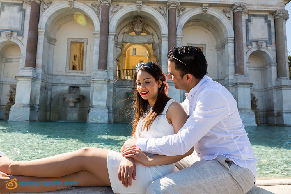 Couple in love at Gianicolo water fountain: Fontanone