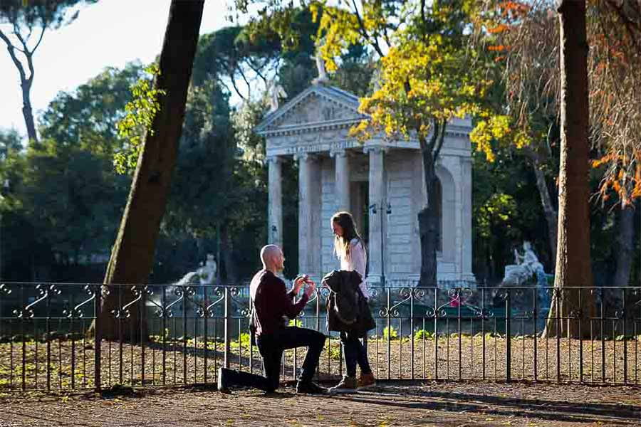 Man asking for marriage at the Villa Borghese lake
