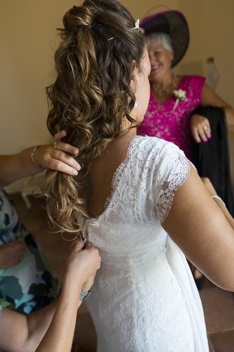 The closing of the bridal dress. Helping out during the preparation.