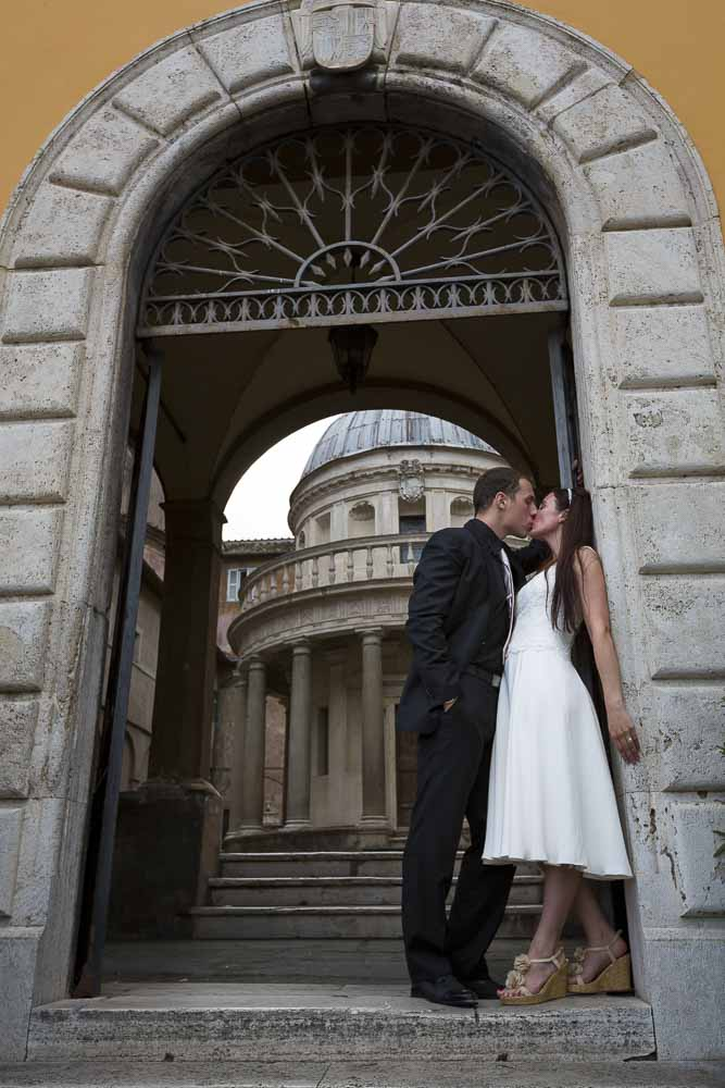 Destination photos at Tempietto del Bramante. Romantic session.