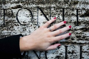 Picture of the engagement ring posed on an ancient marble slab found in Ponte Castel Santa'Angelo