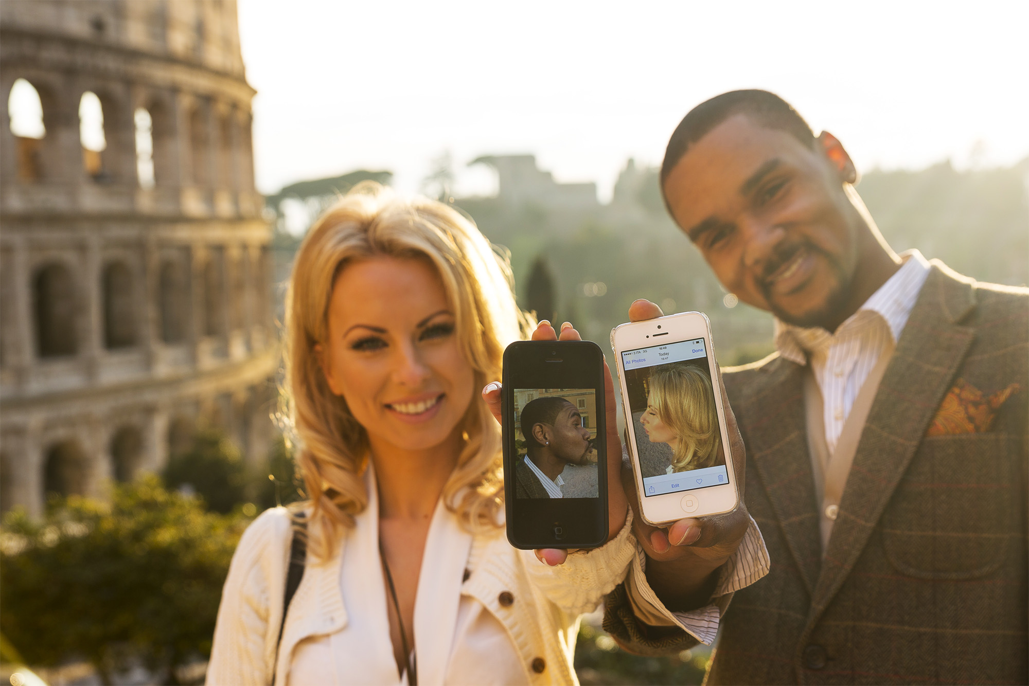 Fun Engagement photography ideas. Displaying each other's picture kissing on the mobile.