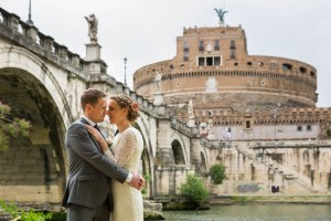 Newlyweds up close near the Castel S. Angelo