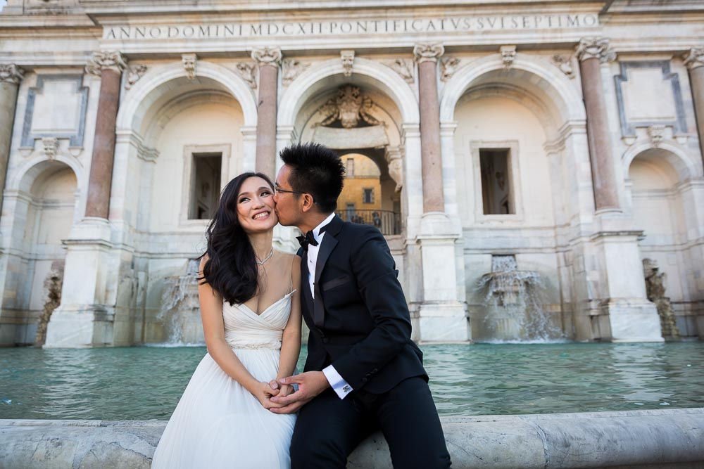 Kissing by the Fontanone fountain