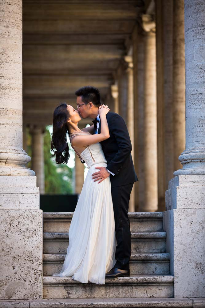 Kissing under columns in Piazza del Campidoglio